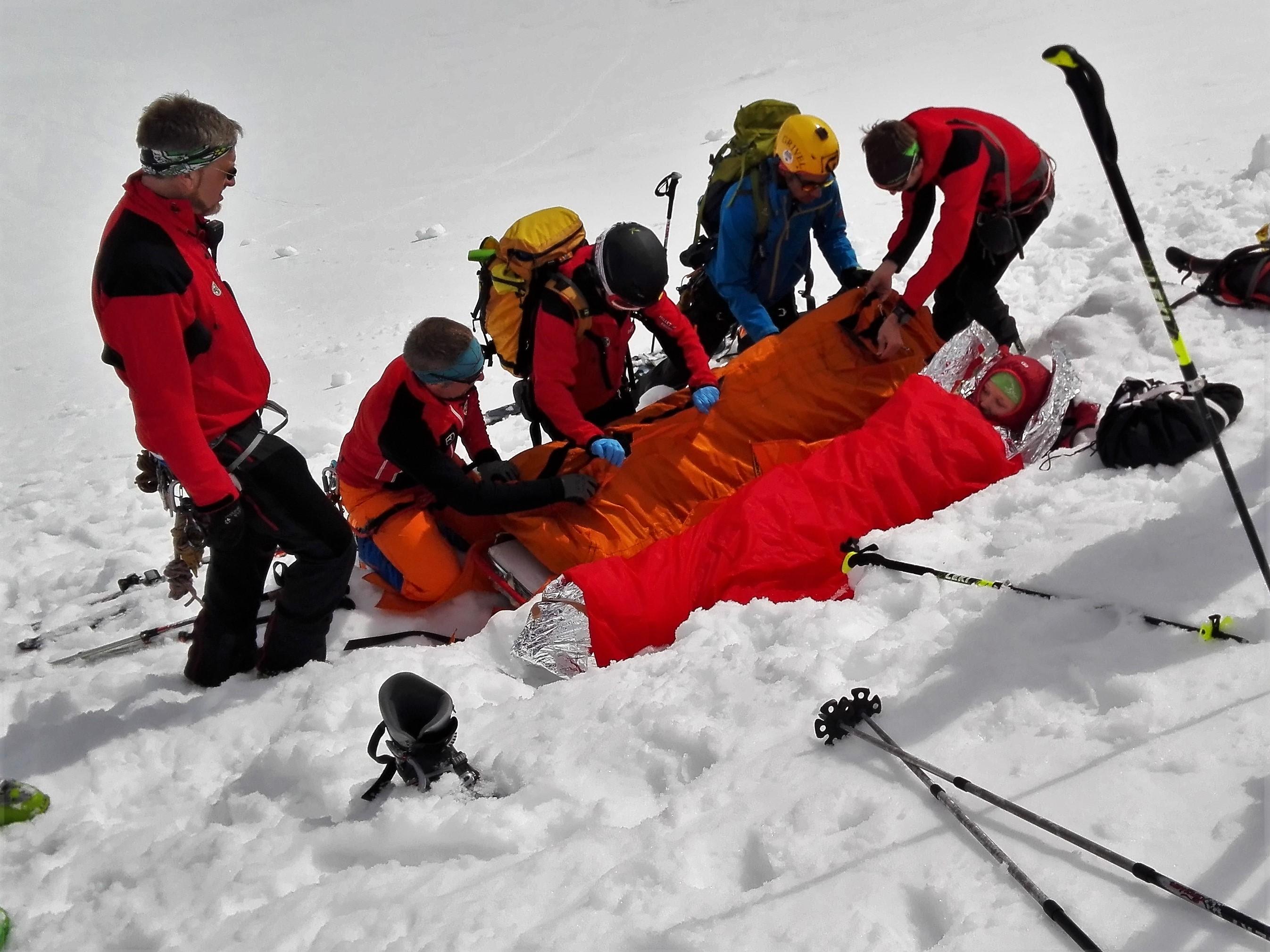 Zwei verletzte Skitourengeherinnen mussten in einer aufwändigen Rettungsaktion geborgen werden